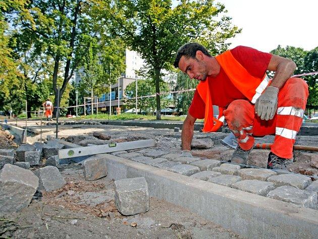 Stavba nového chodníku vhradecké ulici VLipkách.