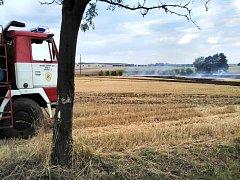 Požár travního porostu vpříkopu blízko železniční trati v lokalitě Benátky.