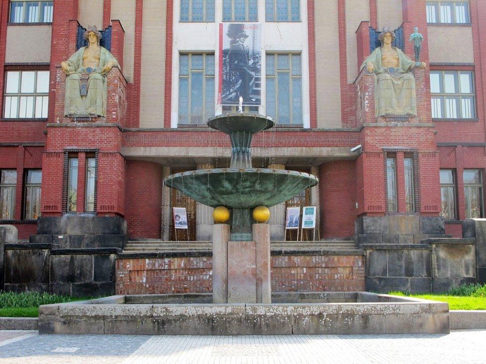 Před budovou Muzea východních Čech v Hradci Králové.