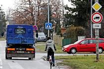 Vyjet si na  kole v hradeckých ulicích Akademika Bedrny a Jana Černého mnohdy připomíná hazardování se životem.