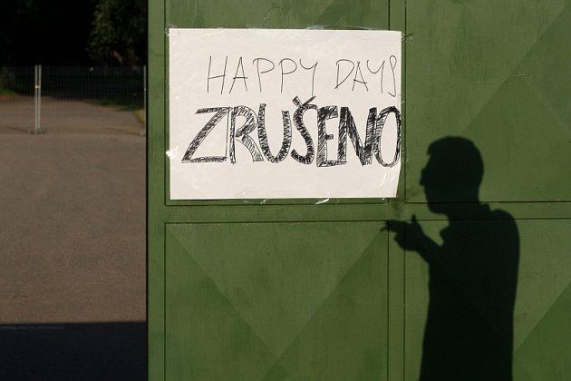 """Po třech dnech plných organizačních, provozních a programových nedostatků skončil festival Happy Days. Měl trvat 11 dní a a jeho pořadatelé jej sami nazývali """"největší letní party v Čechách v historii"""""""