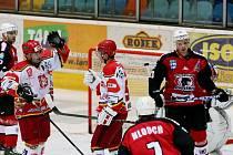 Hradečtí hokejisté Martin Koudelka (vlevo) a Jan Hruška (vpravo).