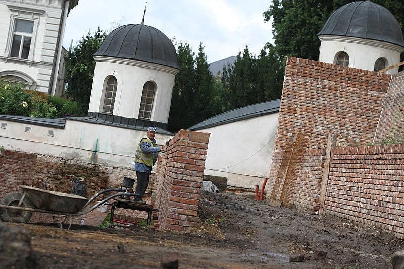 V Hradci Králové se opravují hradby nad Komenského ulicí.