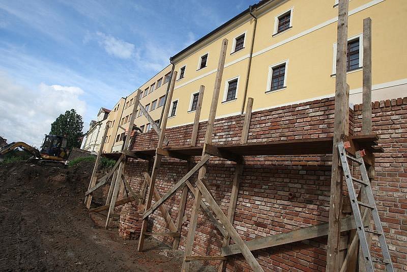 Oprava hradeb nad Komenského ulicí v Hradci Králové (srpen 2010).