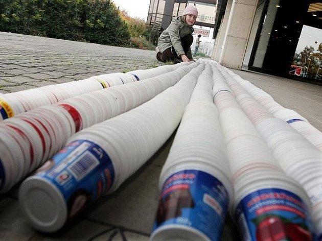 Den zdraví se konal 31. října v hradeckém Aldisu a cílem bylo zdolat rekord v nejdelším hadovi z jogurtových kelímků.