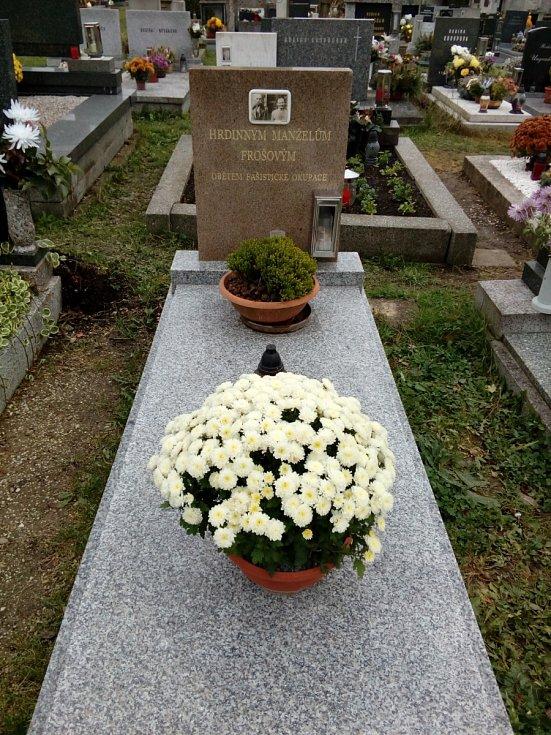 Hrob manželů Frošových, podporovatelů parašutistů, v Kostelci nad Orlicí