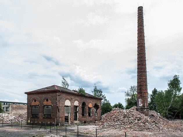 Demoliční práce v areálu bývalé koželužny v královéhradeckých Kuklenách.