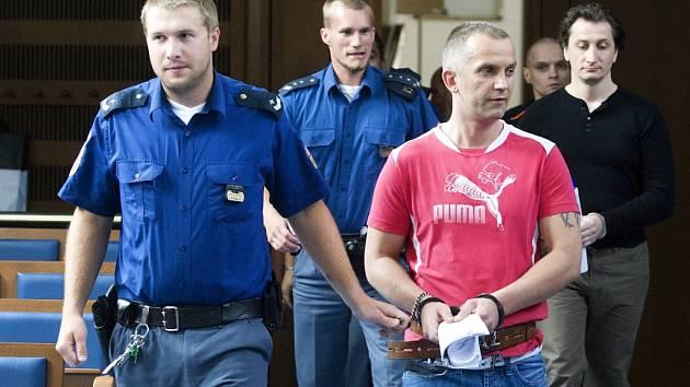 Čtveřice Poláků (Jarosiński, Kaczanowski, Kukla, Wyrzucki) podezřelá z množství krádeží a známá pod označením navrtávači u Krajského soudu v Hradci Králové.