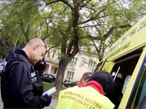 Spolupráce strážníků a záchranářů.