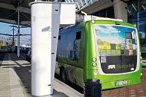 Rychlodobíjecí zařízení pro elektrobusy na terminálu hromadné dopravy v Hradci Králové.