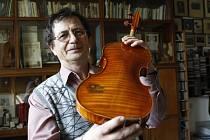 Mistr houslař Tomáš Pilař.