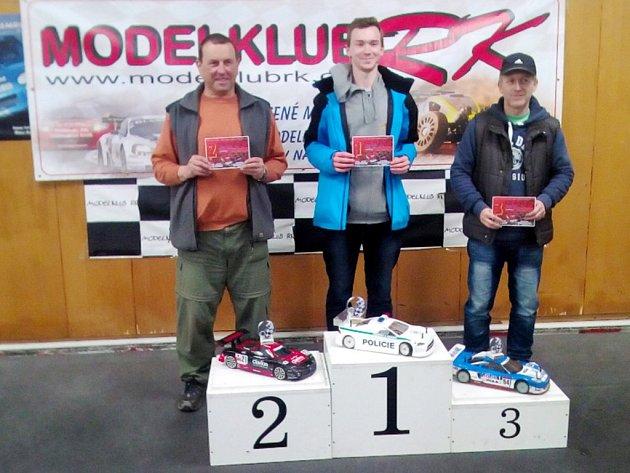 Členové kroužku RC Auta při DDM Třebechovice pod Orebem na závodech Speed Challenge v Rychnově nad Kněžnou - Habrové.