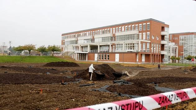 Stavební práce poblíž Univerzity Hradec Králové.