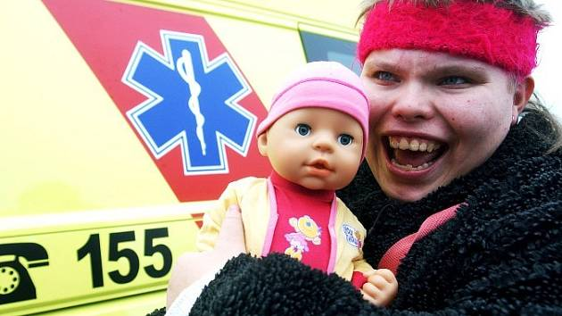 ŠŤASTNÁ ZACHRÁNKYNĚ. Lékaři splnili Adéle Strakové sen. Svezli ji v sanitě a navíc jí darovali vysněnou panenku.