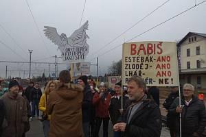 Premiér Andrej Babiš přijel na návštěvu do Jaroměře. Vítaly ho transparenty