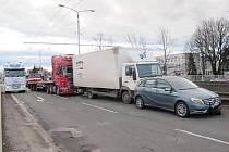 Dopravní nehoda dvou nákladních a jednoho osobního automobilu na mostě u soutoku v Hradci Králové.
