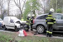 Dopravní nehoda tří osobních vozidel v lesním úseku silnice z Býště směrem na Hradec Králové.