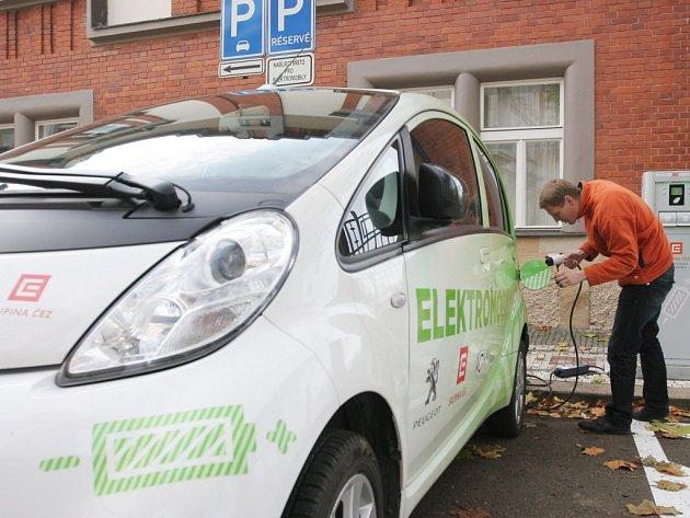 Předváděcí jízda elektromobilu v Hradci Králové.