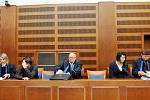 Lukáš Tichý, Ludvík Vaněk a Martina Vyčítalová u Krajského soudu v Hradci Králové.