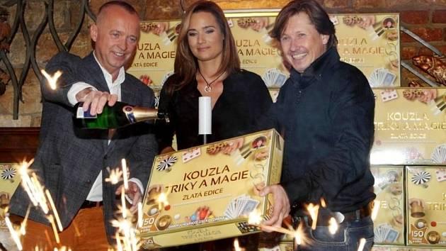 Karel Voříšek, Klára Doležalová a Pavel Kožíšek při křtu nové kouzelnické sady.