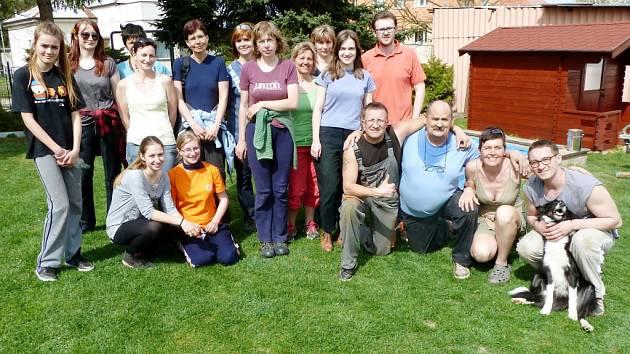 Parta dobrovolníků hradecké oblastní charity na brigádě v Dětském domově v Nechanicích.