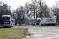 Odstavené kamiony v Hradci Králové.