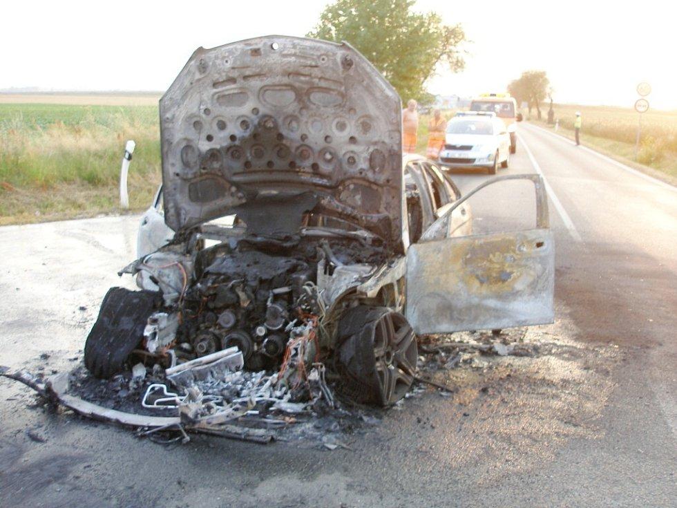 Pořár mercedesu na sjezdu z dálnice D11 u Praskačky.