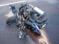 Osudný střet motorkáře s osobním automobilem u obce Nepolisy.