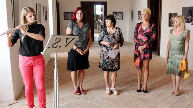 """Výstava obrazů """"Když učitelky neučí..."""" v zámku Sloupno u Nového Bydžova."""