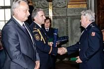 Předání medaile jako ocenění za věrnost - nadpraporčík Zdeněk Romportl (HZS Královéhradeckého kraje - centrální stanice Hradec Králové).