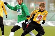 NEUSPĚLI. Hradečtí fotbalisté prohráli s Jabloncem 0:4. Na snímku se hostující Václav Pilař (ve žlutém) snaží uniknout Josefu Hamouzovi.