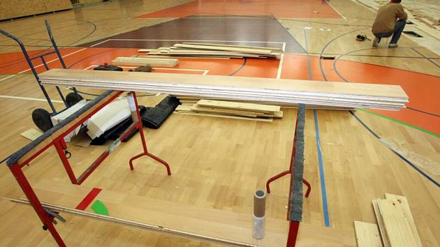 Oprava podlahy ve sportovní hale v Třebši