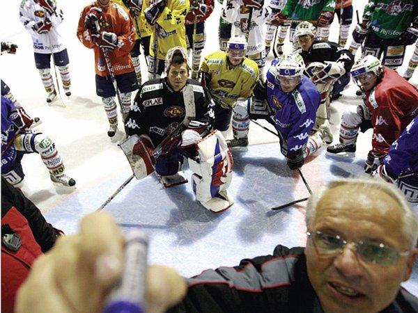 POKYNY. Pardubičtí hokejisté včera zahájili úvodním tréninkem přípravu na ledě. Trenér Václav Sýkora hned hráčům nastínil své představy. Pozorně naslouchal i brankář Ján Lašák (uprostřed).