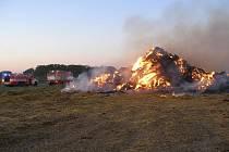 Požár stohu na Hradecku v úterý 1. září.