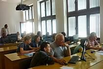 Školení seniorů na počítačích v ZŠ Plotiště nad Labem.