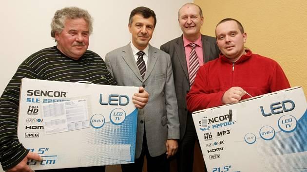 Předání cen - zleva: Jan Polášek, Oldřich Vlasák, Tomáš Doubrava (ředitel Deníku VČ), Leoš Goll.