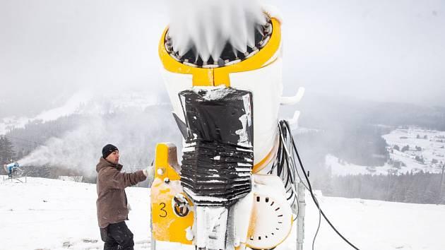 Výroba umělého sněhu na sjezdovce Javor v Peci pod Sněžkou.