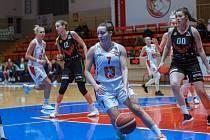 Dvojciferná střelkyně. Rozehrávačka Karolína Šotolová (č. 7) přispěla dvanácti body k vítězství Lvic.