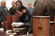 Otevírání makovice z Bílé věže v královéhradeckém domě U Špuláků.