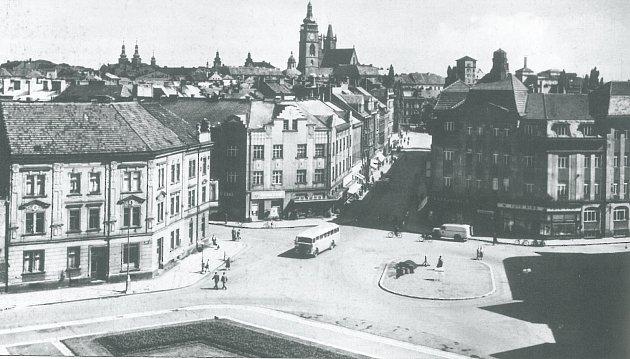 ŠKODA 706na náměstí Velké říjnové revoluce (dnešní Masarykovo náměstí). Dobová fotografie byla zachycena koncem 50.let.