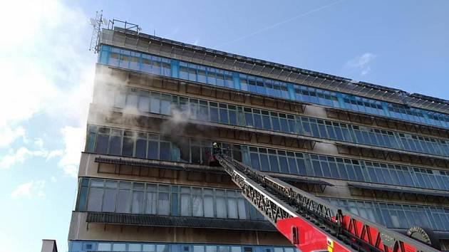 Při sobotním požáru v Hradci Králové se hasičům podařilo uchránit hodnoty v odhadované výši asi půl miliardy korun