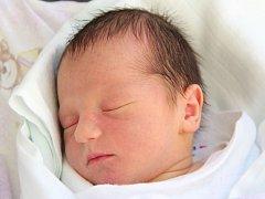 LUKÁŠ JIRSA se narodil 17. září ve 22.09 hodin. Měřil 52 centimetrů a vážil 3110 gramů. Ze svého potomka tak mají radost Kateřina a Petr Jirsovi. Těší se na něj i bráška Pavlík. Všichni žijí v Holicích.