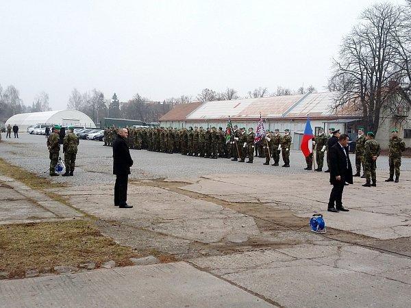 Čekání vojáků na příjezd prezidenta.