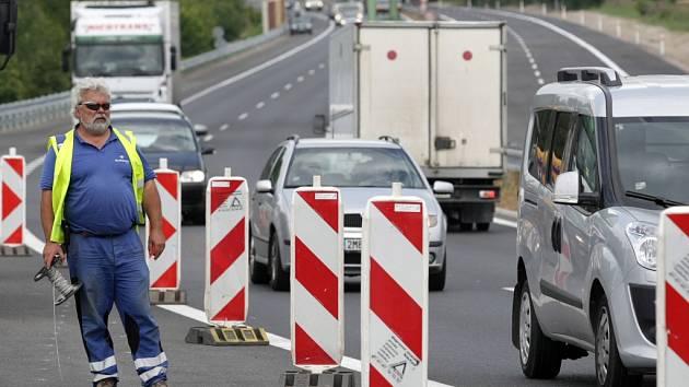 Silniční čtyřpruh mezi Hradcem Králové a Pardubicemi.
