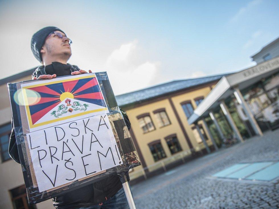 Opoziční politici upozorňující na problematiku lidských práv na Pivovarském náměstí v Hradci Králové.
