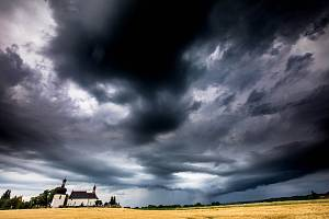 Na východ Čech se žene bouřka.