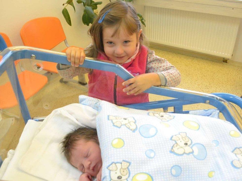 DAVIDA ROLEČKA  na fotografii opatruje starší sestřička Kateřina. Chlapeček se narodil mamince Ditě a tatínkovi Jiřímu Rolečkovým z Rychnova nad Kněžnou 26. září v 5:26. Vážil 3600 gramů a měřil 50 cm. Tatínek byl u porodu a zvládl ho na jedničku.