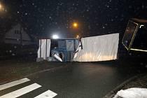Havárie nákladní soupravy v obci Nové Město nad Cidlinou.