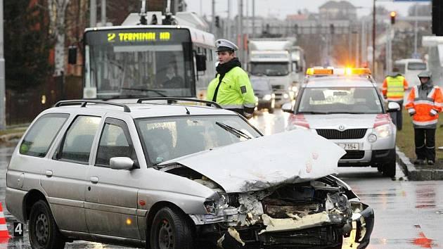 Dopravní nehoda na křižovatce u hradeckého Petrofu.