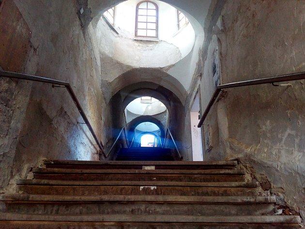 Druhá etapa rekonstrukce historického schodiště má stavební povolení. S opravou se začne v druhé polovině července.